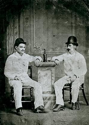 Ferrotipo de emigrantes asturianos en Cuba con una botella de sidra (h. 1885).